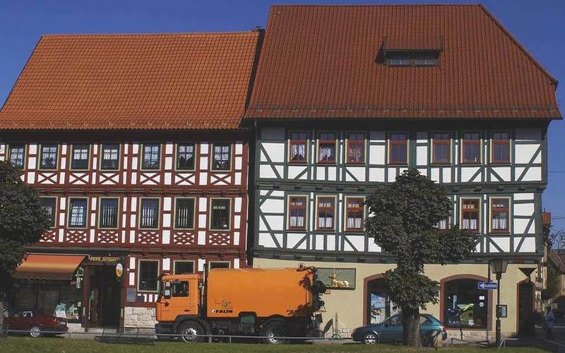 Stadtreinigung Schmalkalden SSR Kehrmaschine vor der Hirsch-Apotheke Schmalkalden
