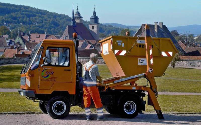 Stadtreinigung Schmalkalden SSR Multicarfahrzeug vor dem Schloss Schmalkalden